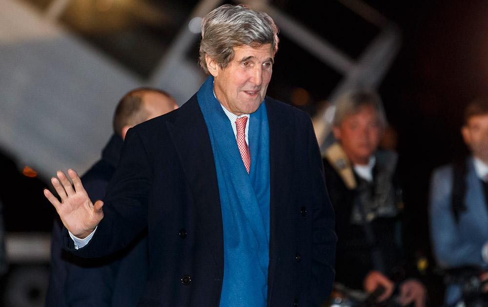 स्विटजरलैंड के जेनेवा में इंटरनेशनल एयरपोर्ट पर पहुंचते हुए अमेरिका के विदेश मंत्री जॉन केरी।