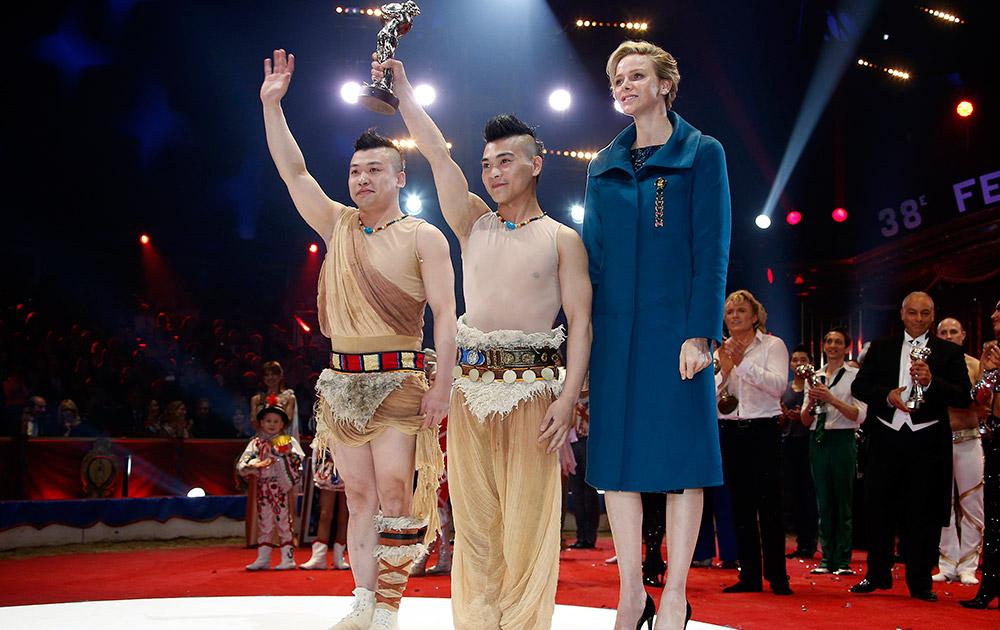 मोनको में इंटरनेशनल सर्कस फेस्टिवल के दौरान चीनी के कलाकार मोनको की राजकुमारी चार्लीन के साथ पोज देते हुए।
