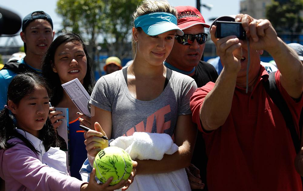 मेलबर्न में आस्ट्रेलियन ओपन टेनिस चैंपियनशिप के अभ्यास सत्र के दौरान फोटो के लिए पोज देती हुई कनाडा की एग्वुनी बोचर्ड।