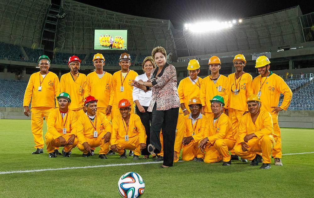 ब्राजील के एक स्टेडियम में फुटबॉल को किक मारती हुईं राष्ट्रपति दिलमा राउसेफ।
