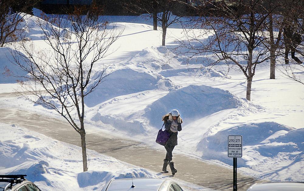 अमेरिका : सेंट क्लाउड में भारी बर्फबारी के बीच यूनिवर्सिटी कैंपस में गुजरते छात्र।