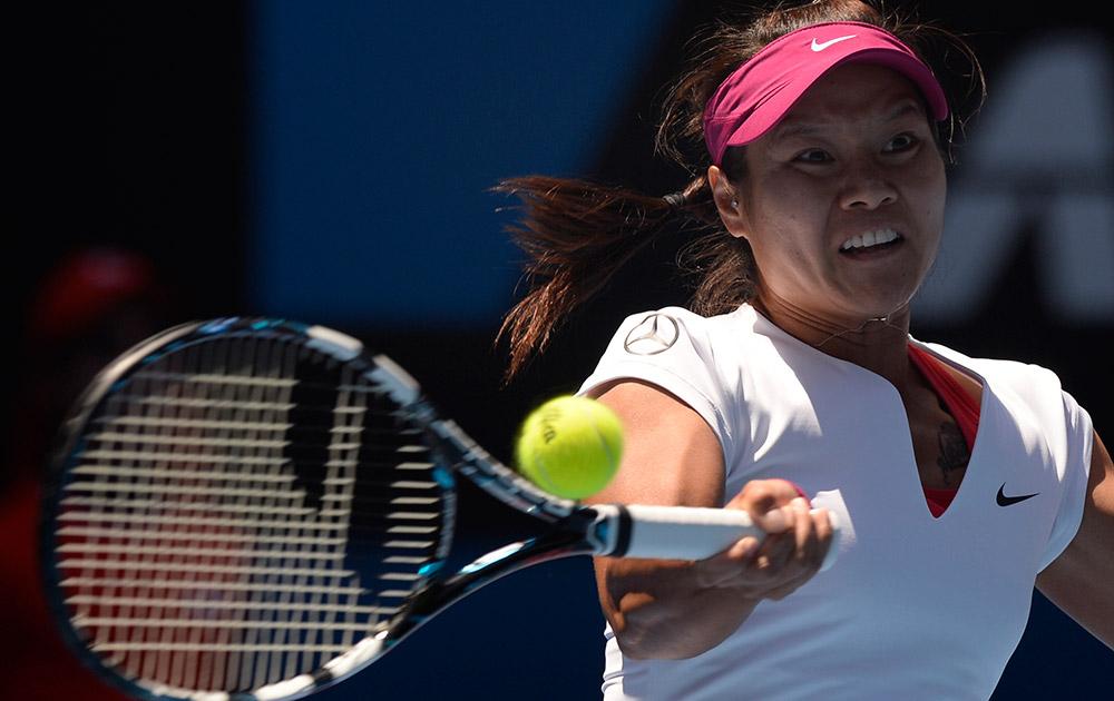 ऑस्ट्रेलिया : मेलबर्न में आस्ट्रेलियन ओपेन टेनिस चैंपियनशिप के सेमीफाइनल मैच में फोरहैंड रिटर्न लगाती हुईं चीन की ली ना।