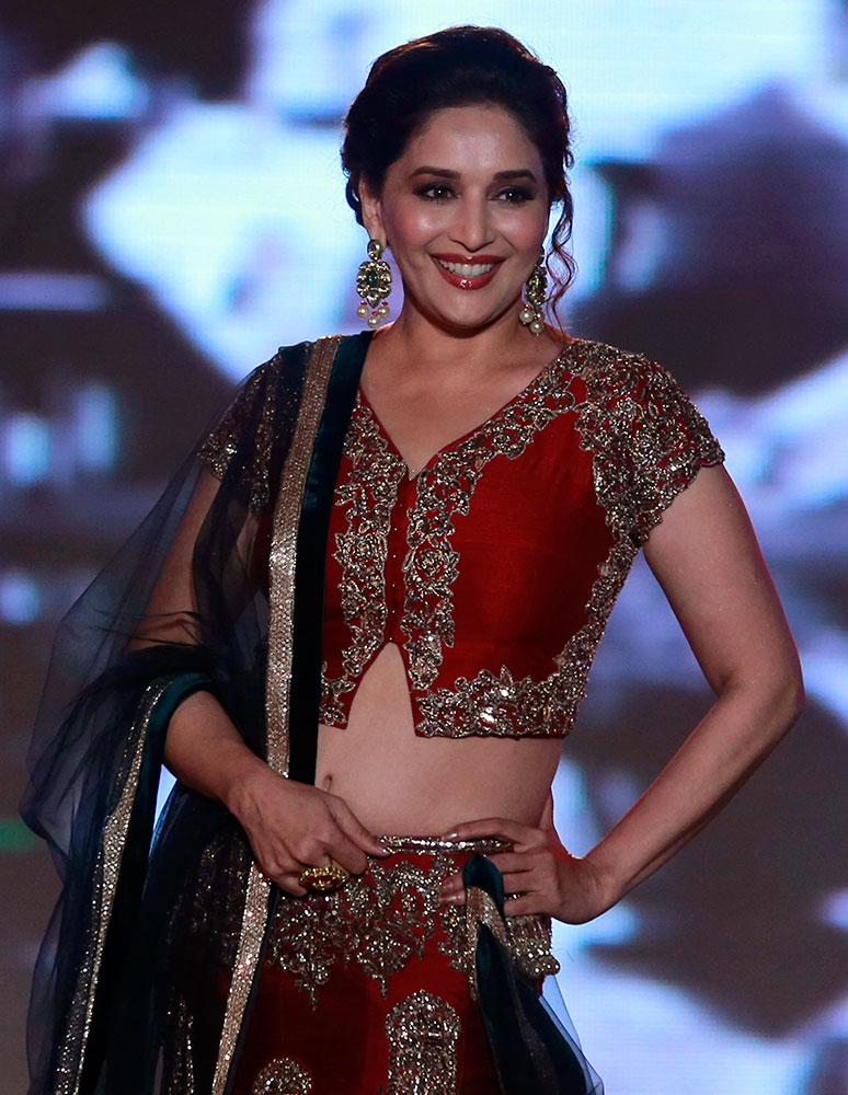 मुंबई फैशन शो में अपना जलवा दिखाती हुईं अदाकारा माधुरी दीक्षित।