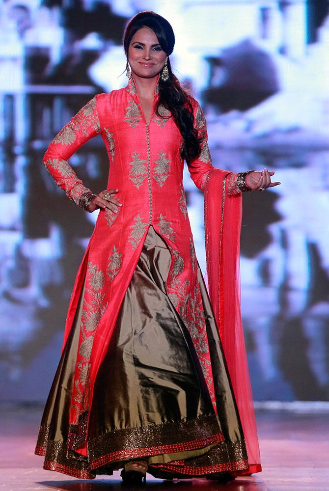 मुंबई में आयोजित इस फैशन शो में लाल रंग के लिबास में रैंप पर इठलाती लारा दत्ता।