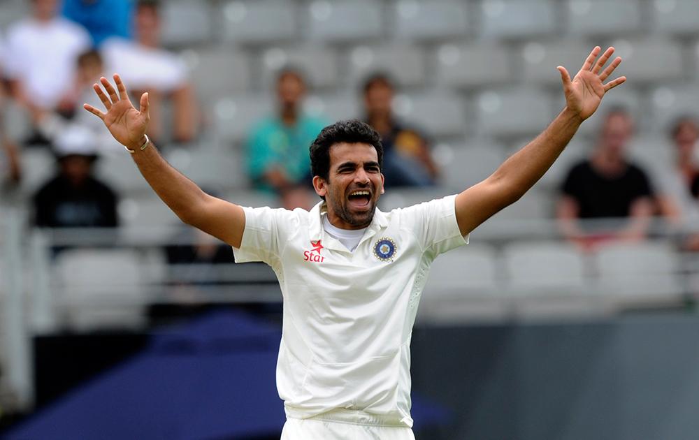 न्यूजीलैंड के बल्लेबाज पीटर फल्टन का विकेट लेने के बाद खुशी जाहिर करते जहीर खान।