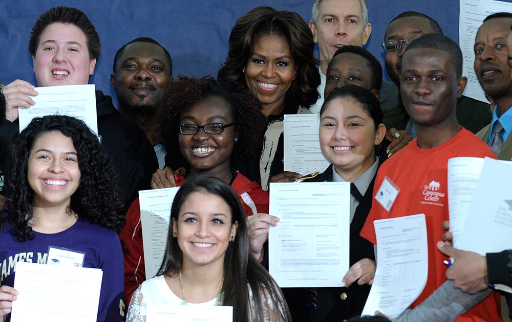 प्रथम अमेरिकी महिला मिशेल ओबामा के साथ एलेक्जेंड्रा के हाई स्कूल के छात्र।