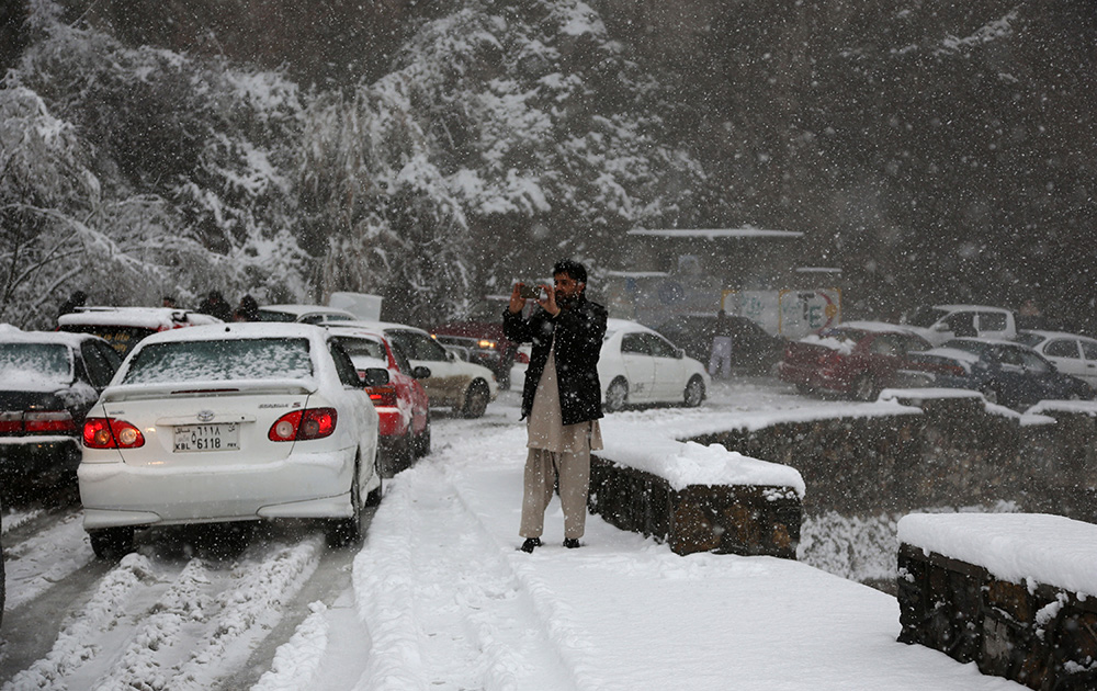 आफगानिस्तान में काबुल-जलालाबाद रोड पर बर्फबारी की वजह से सड़के जाम हो गई है।