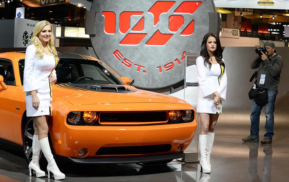 शिकागो ऑटो शो में एक कार के साथ मॉडल।