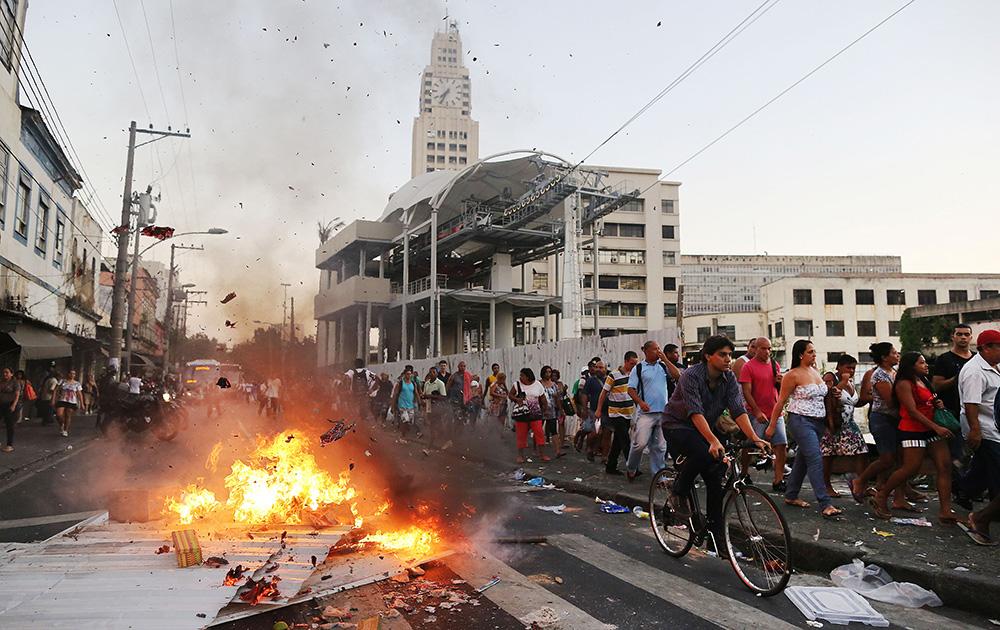 ब्राजील के रियो डे जेनेरिया में प्रदर्शनकारियों ने कुछ गाड़ियों में आग लगा दी।
