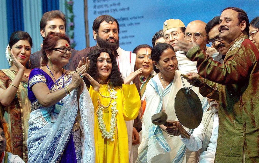 पश्चिम बंगाल की मुख्यमंत्री 24 दक्षिण परगना से यात्रा उत्सव को लॉन्च करते हुए।