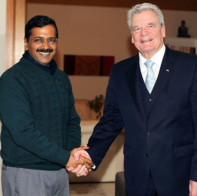 जर्मनी के राष्ट्रपति जोआचिम गौक से मिलते दिल्ली के मुख्यमंत्री अरविंद केजरीवाल।