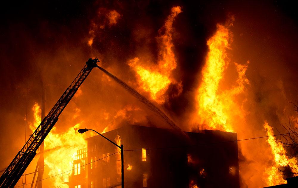 साल्ट लेक सिटी में लगी आग पर काबू पाने की कोशिश करते दमकलकर्मी।
