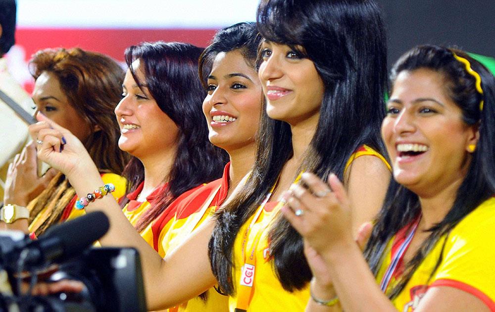 कोच्चि में सीसीएल के तहत एक मैच में केरला स्ट्राइकर्स के खिलाफ चेन्नई राइनो का समर्थन करते हुए कॉलीवुड के एक्टर्स।