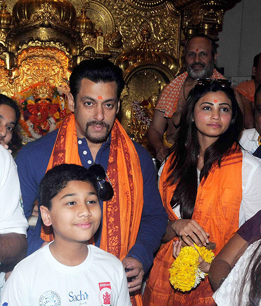 मुंबई के सिद्धिविनायक मंदिर में दर्शन करने के लिए पहुंचे अभिनेता सलमान खान।