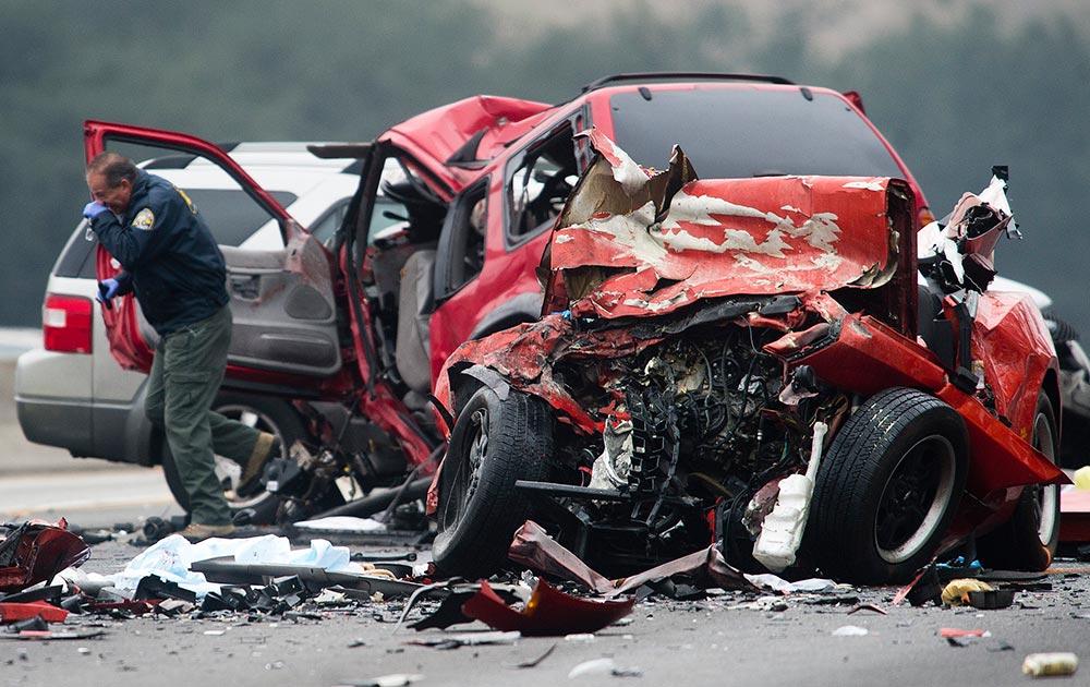 कैलिफोर्निया के डायमंड बार में वेस्टबाउंड पोमोना फ्री वे पर कई गाड़ियों के बीच टक्कर में 6 लोगों की मौत।