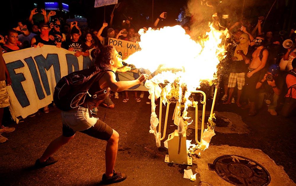 ब्राजील के रियो डि जेनेरो में बस किराए की बढ़ोतरी के खिलाफ प्रदर्शन करते लोग।