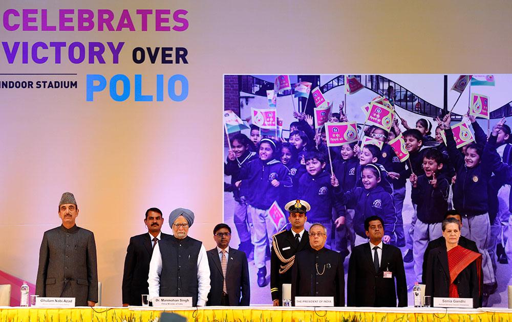 पोलियो मुक्त भारत समारोह में राष्ट्रपति प्रणब मुखर्जी, प्रधानमंत्री मनमोहन सिंह, कांग्रेस अध्यक्ष सोनिया गांधी और केंद्रीय स्वास्थ्य मंत्री गुलाम नबी आजाद।