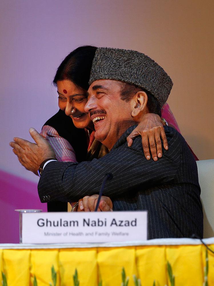 नई दिल्ली में 'पोलियो मुक्त भारत' की उपलब्धि पर आयोजित समारोह में केंद्रीय स्वास्थ्य मंत्री गुलाम नबी आजाद को लोकसभा में नेता प्रतिपक्ष व भाजपा नेत्री सुषमा स्वराज ने कुछ इस अंदाज में शाबासी दी।