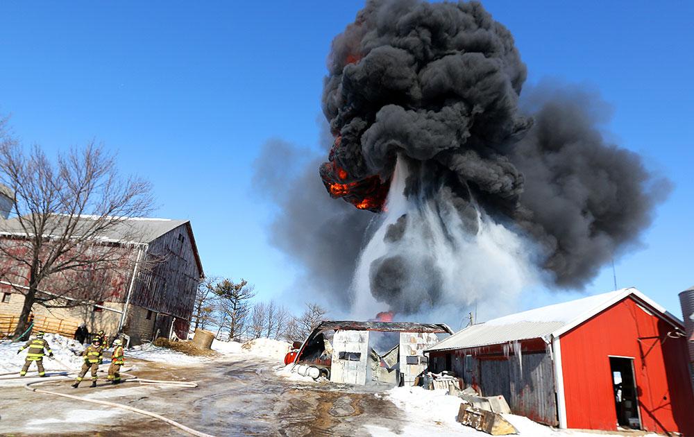 अमेरिका में मंगलवार को उत्तर जलप्रपात रोड के समीप एक मशीन को नियंत्रित करने की कोशिश में जलप्रपात में विस्फोट के साथ आग लग गई। आग को बुझाते राहत कर्मचारी।
