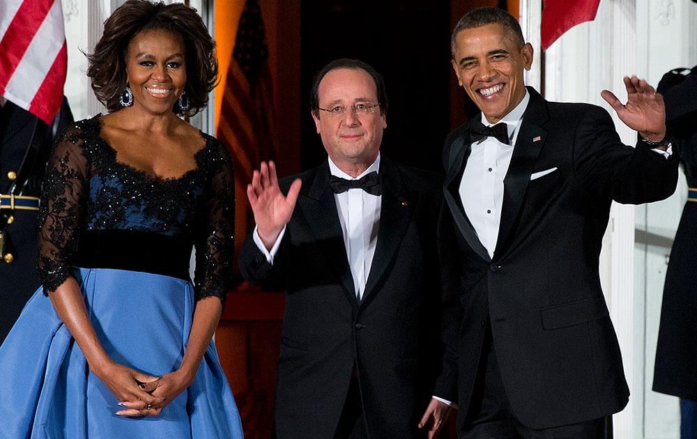 वाशिंगटन के व्हाइट हाउस स्थित नॉर्थ पोर्टिको में फ्रांसीसी राष्ट्रपति फ्रांस्वा ओलांद के सम्मान में आयोजित राजकीय भोज के दौरान अमेरिकी राष्ट्रपति बराक ओबामा और उनकी पत्नी मिशेल ओबामा। बीच में खड़े हैं फ्रांसीसी राष्ट्रपति ओलांद।
