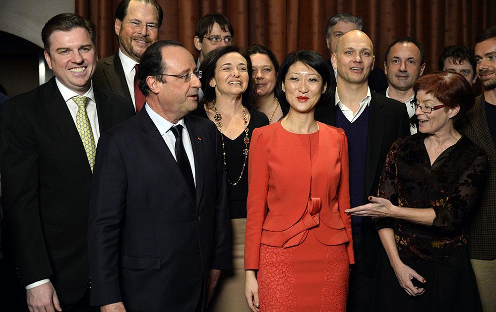 फ्रांस के राष्ट्रपति फ्रांस्वा ओलांद कई गणमान्य लोगों के साथ।