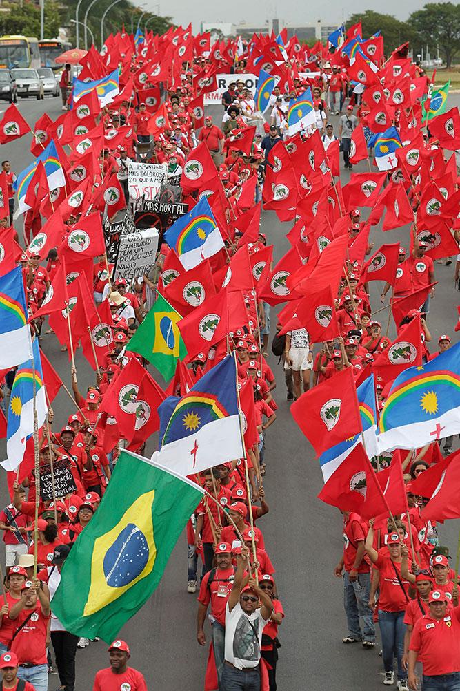 ब्राजील में मजदूर संगठन मजदूर नीतियों के खिलाफ विरोध प्रदर्शन करते हुए।