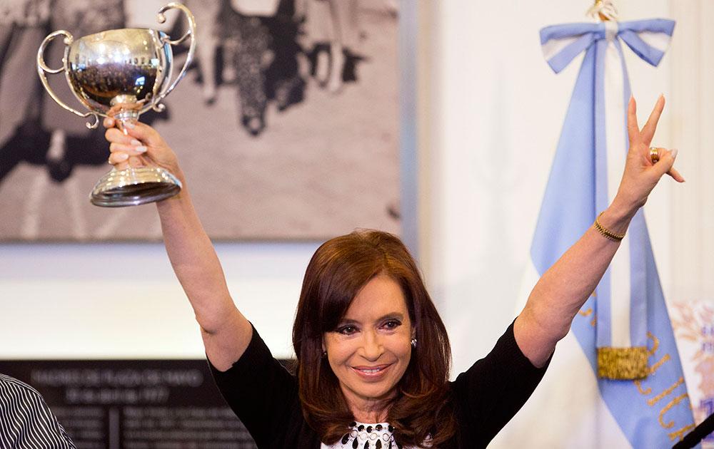 अर्जेंटीना की राष्ट्रपति क्रिस्टीना फर्नांडीस सरकार को मिले समर्थन पर खुशी जाहिर करती हुई।