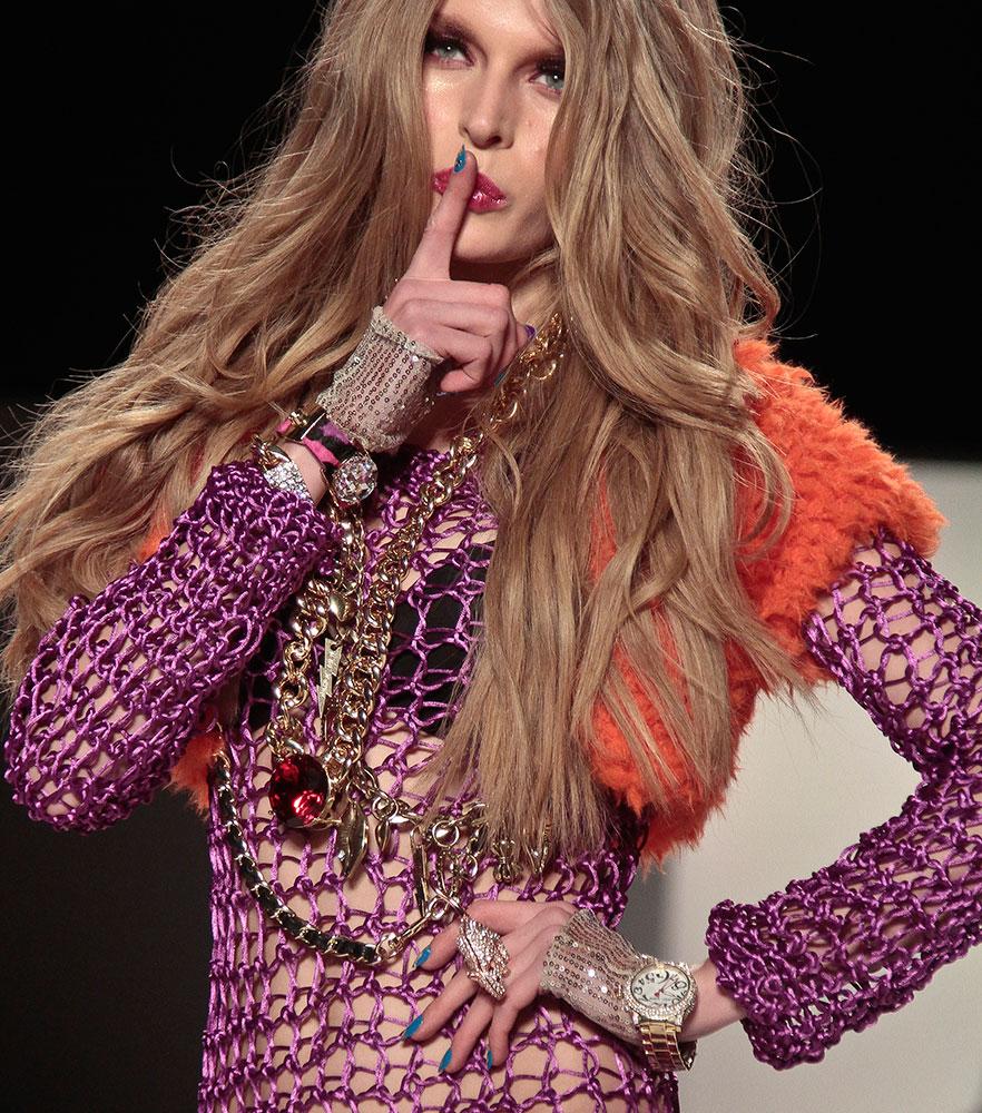 न्यूयॉर्क के फैशन शो में एक मॉडल।