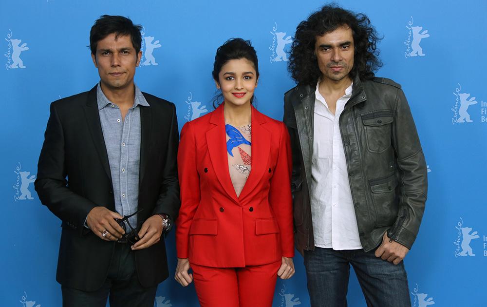 आलिया के साथ फिल्म के निर्देशक इम्तियाज अली और अभिनेता रणदीप हुडा।