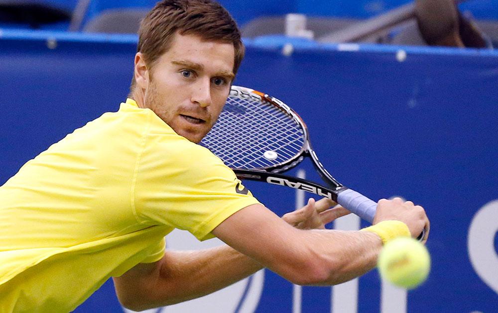 यूएस नेशनल इंडोर टेनिस चैंपियनशिप के दौरान यूएस के एलेक्स कुजनेत्सव।