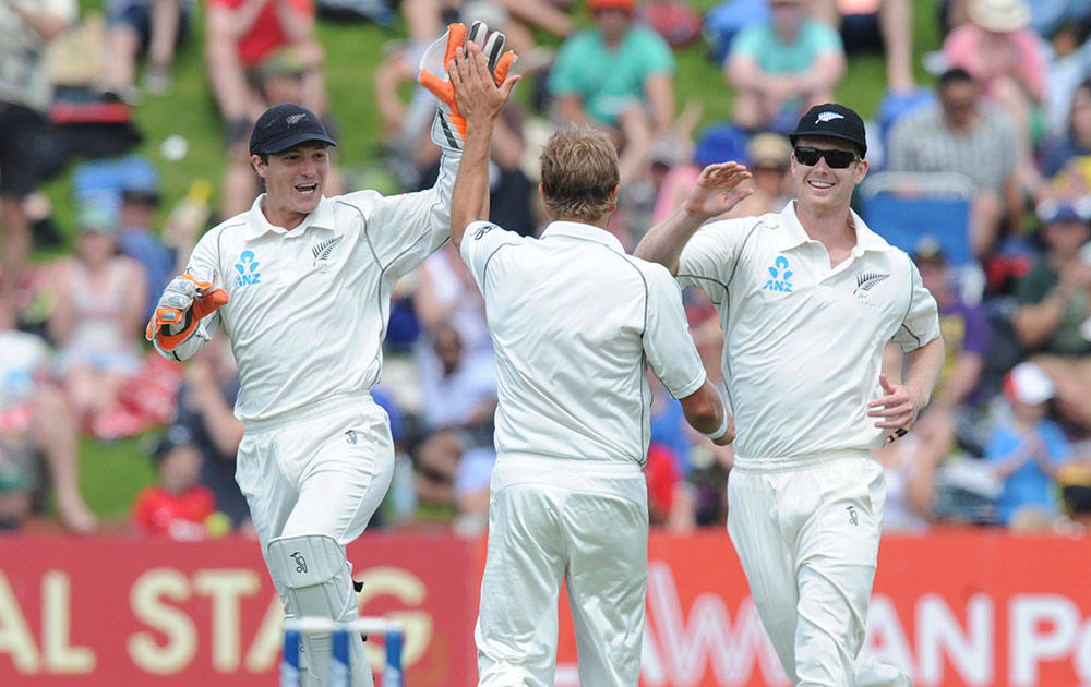 दूसरे टेस्ट में विराट कोहली को आउट करने के बाद जश्न मनाते न्यूजीलैंड के खिलाड़ी।