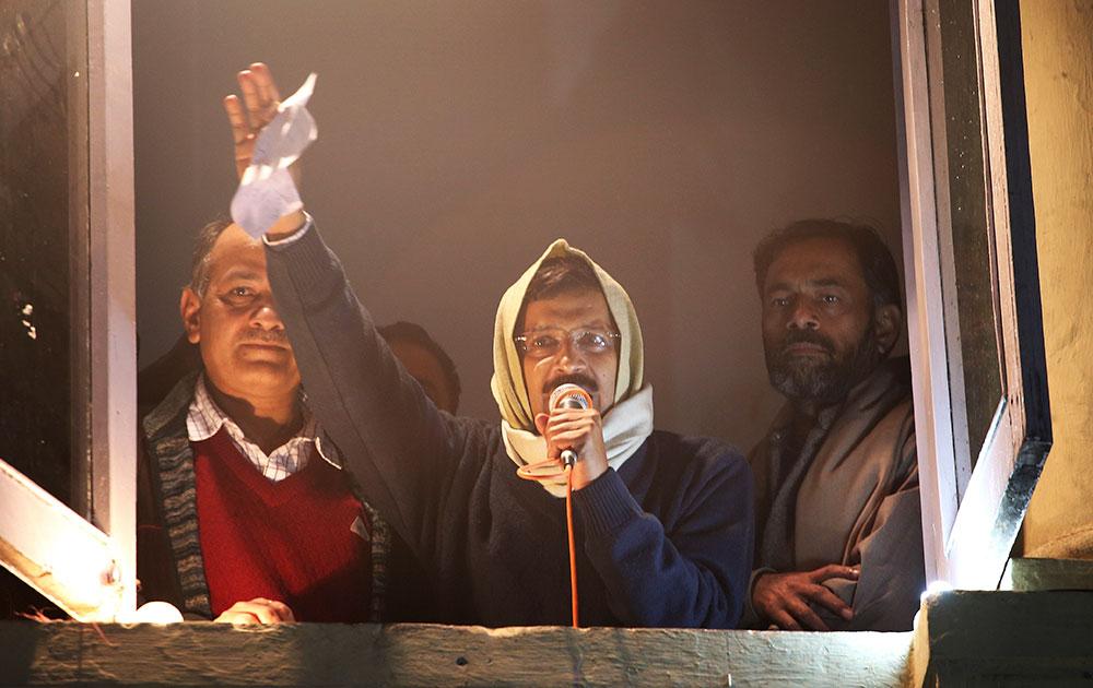 दिल्ली के मुख्यमंत्री अरविंद केजरीवाल इस्तीफा देने से पहले पार्टी कार्यकर्ताओं को संबोधित करते हुए।