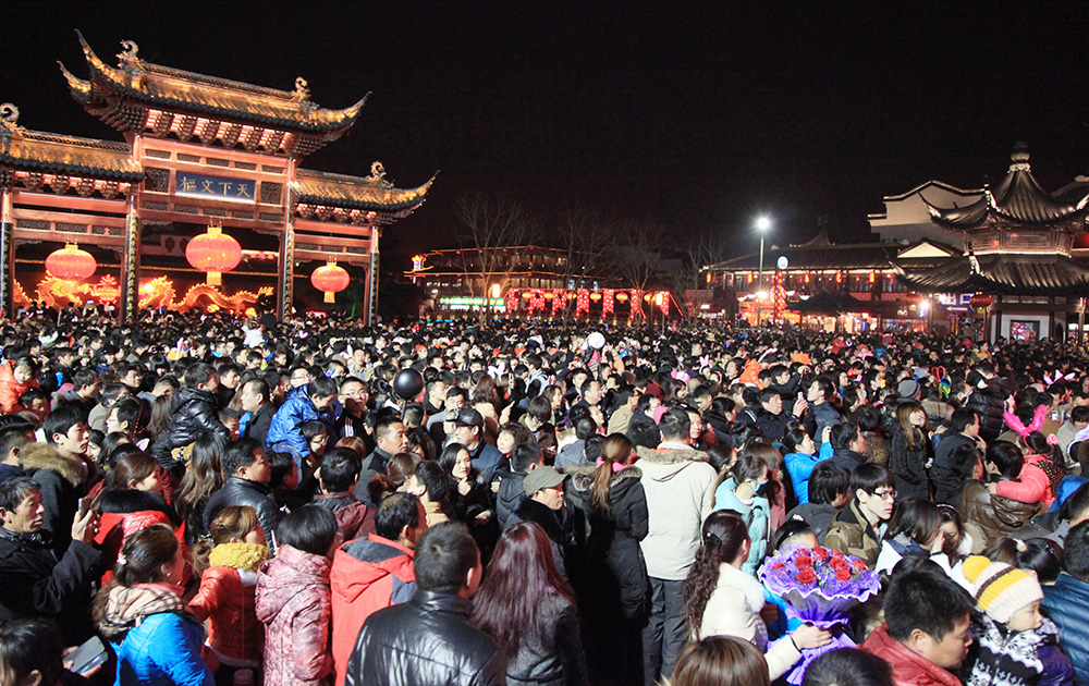 चीन में लेंटर्न फेस्टिवल मनाने कंफ्यूशियस टेंपल पहुंचे श्रद्धालु।