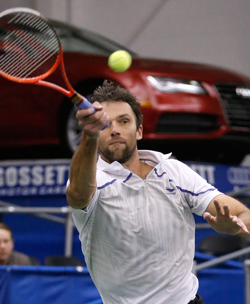 अमेरिकी  नेशनल इंडोर टेनिस चैंपियनशिप के दौरान रिटर्न करते क्रोएशिया के इवा कार्लोविक।