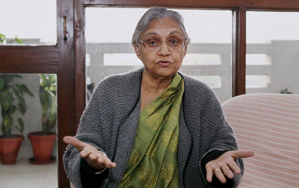 अपने आवास पर समाचार एजेंसी पीटीआई से बातचीत करती दिल्ली की पूर्व मुख्यमंत्री शीला दीक्षित।