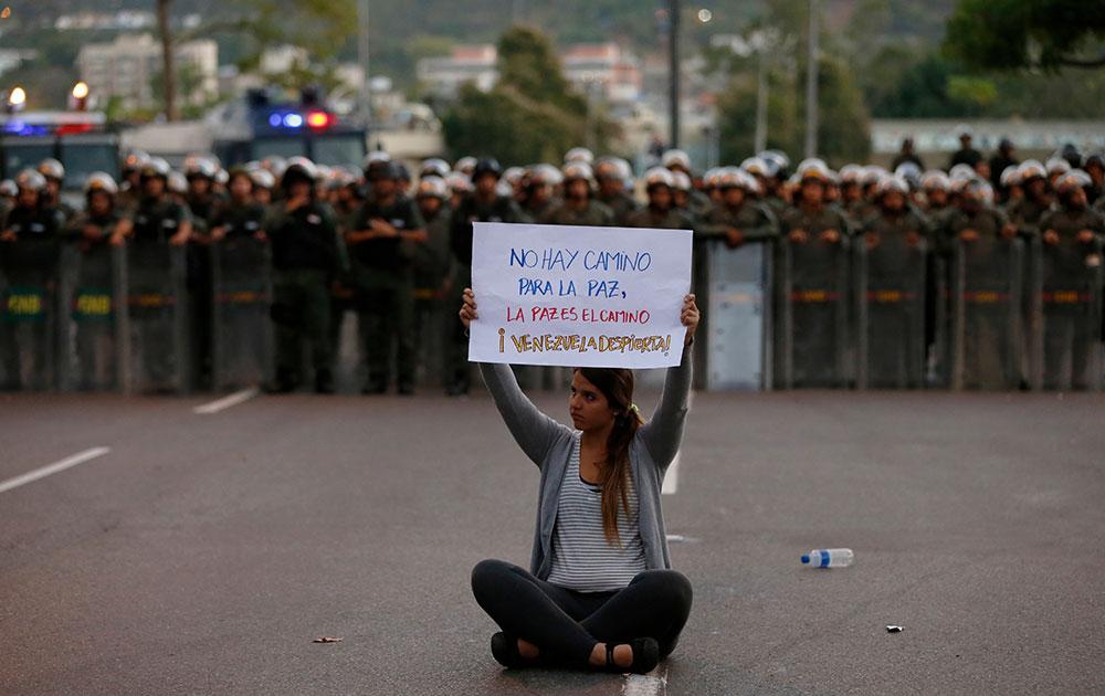 वेनेजुएला में सरकार की नीतियों के खिलाफ प्रदर्शन करती एक महिला।