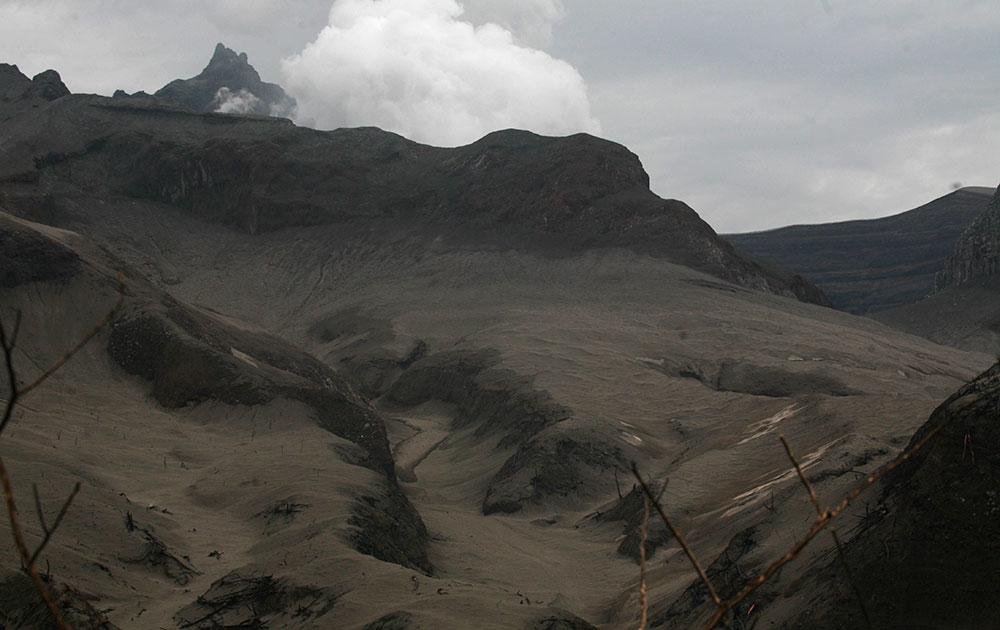इंडोनेशिया में एक ज्लावामुखी से निकलता लावा।