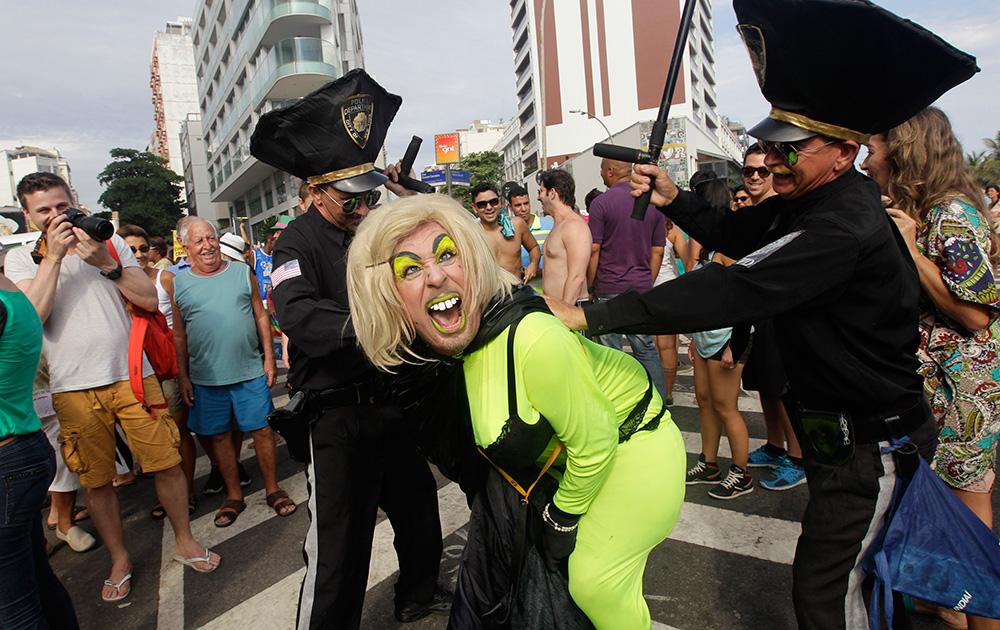 ब्राजील में एक परेड के दौरान प्रदर्शन करते लोग।