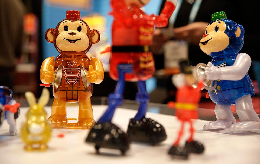 न्यूयॉर्क में अमेरिकन इंटरनेशनल ट्वॉय फेयर में प्रदर्शित खिलोने को समेटते खिलौना व्यापारी।