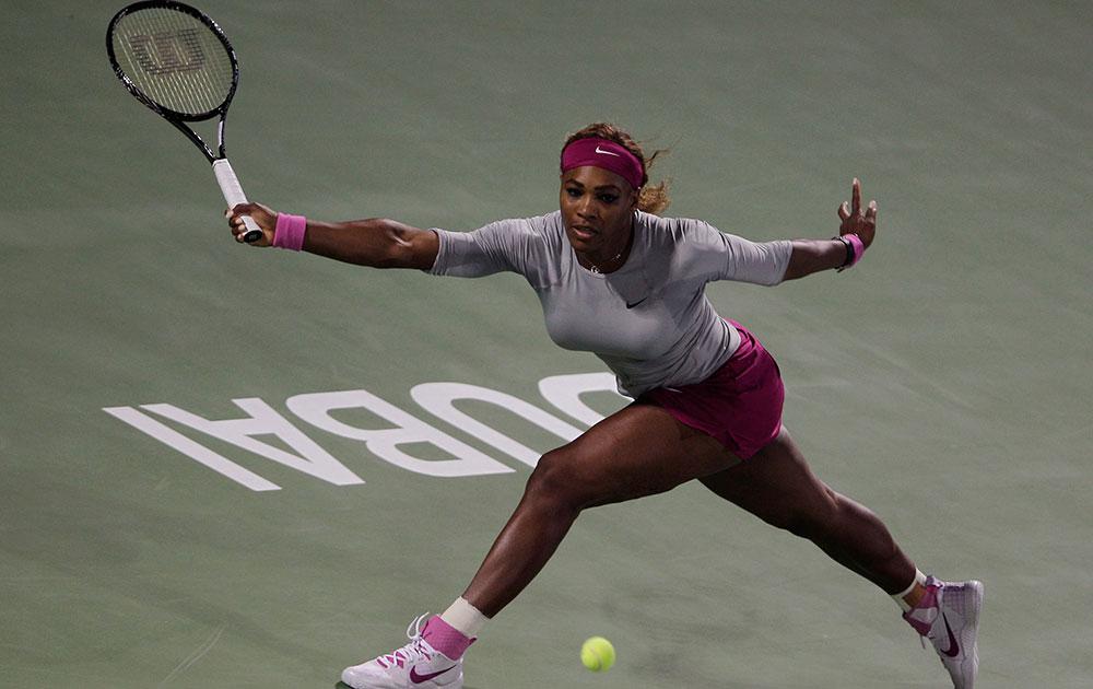 दुबई ड्यूटी फ्री टेनिस चैंपियंस के दूसरे राउंड के दौरान रूस की इकेतिरिना माकरोवा के बॉल पर रिटर्न शॉट खेलती अमेरिकी टेनिस स्टार सेरेना विलियम्स।