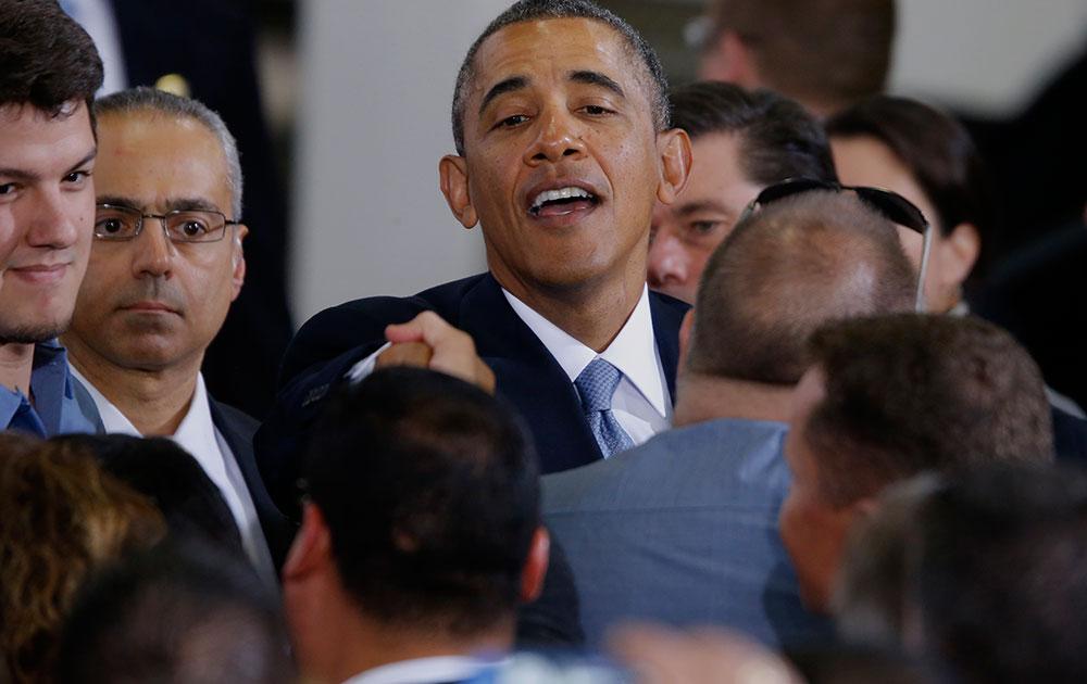 अपर मार्लबोरो में स्थित सेफवे स्टोर्स के वितरण केंद्र पर लोगों को संबोधित करते अमेरिकी राष्ट्रपति बराक ओबामा।