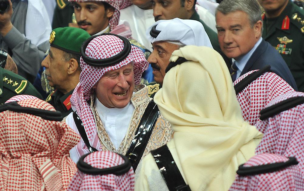 रियाद के दरिया में जनाद्रिया सांस्कृतिक महोत्सव के दौरान पारंपरिक सऊदी नृत्य की प्रस्तुति को देखने पहुंचे ब्रिटेन के प्रिंस चार्ल्स (बीच में)।