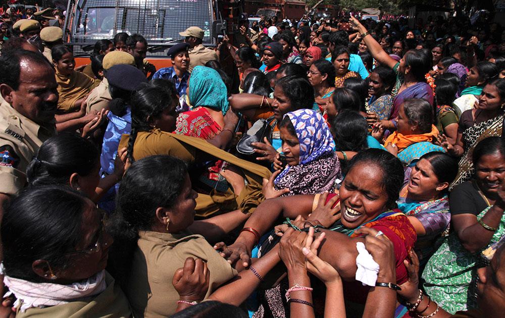 हैदराबाद में पुलिस से उलझतीं आंगनवाड़ी की महिला कर्मचारी।