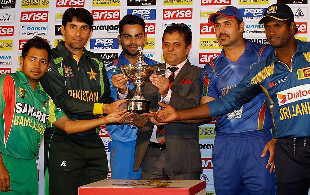 ढाका में एशिया कप टूर्नामेंट से पहले ट्राफी के साथ पोज देते भारत, पाकिस्तान, बांग्लादेश, श्रीलंका और अफगानिस्तान के कप्तान।