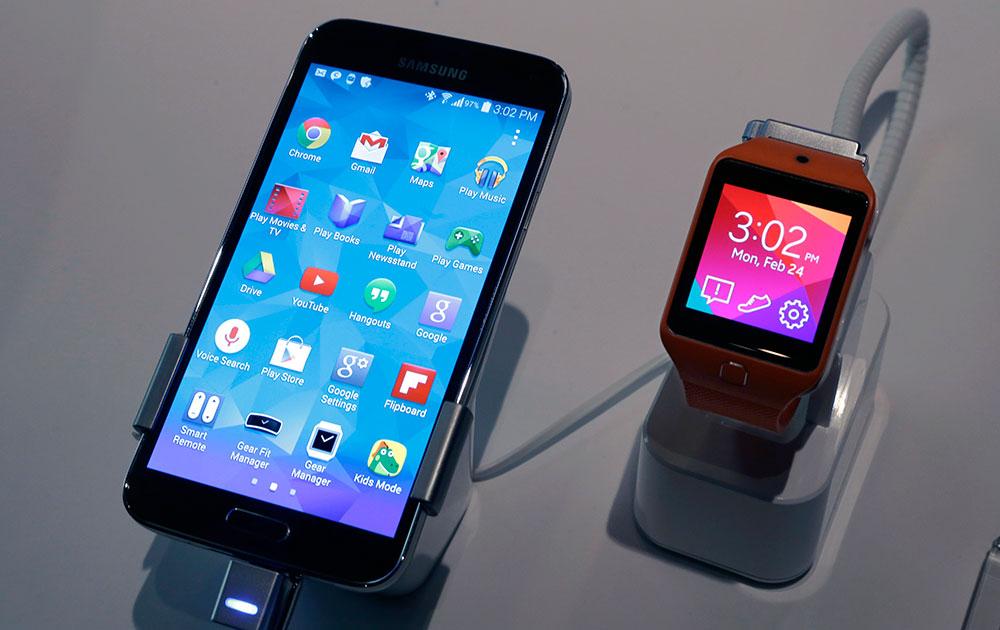 न्यूयार्क स्थित सैमसंग गैलेक्सी स्टूडियो में सैमसंग गैलेक्सी S5 स्मार्टफोन और सैमसंग गीयर 2 ।