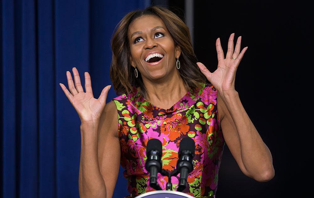 ह्वाइट हाउस में 'द ट्रिप टू बॉन्टीफुल' के कलाकारों के साथ मिलने के बाद प्रतिक्रिया देतीं अमेरिका की पहली महिला मिशेल ओबामा।