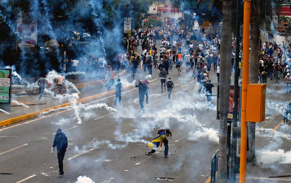 वेनेजुएला में प्रदर्शनकारियों पर पुलिस ने गैस के गोले छोड़े।