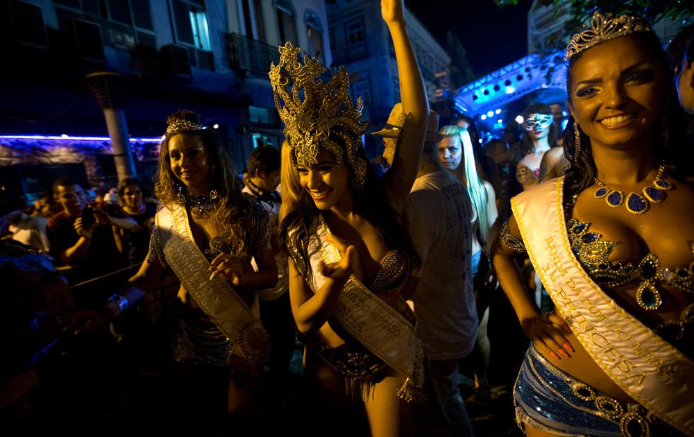 ब्राजील के रियो डे जेनेरिया में कार्निवल परेड का एक दृश्य।