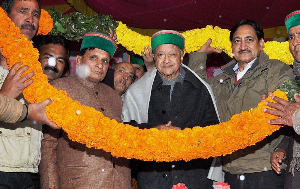 मंडी में हिमाचल प्रदेश के मुख्यमंत्री वीरभद्र सिंह का स्वागत करते उनके समर्थक।