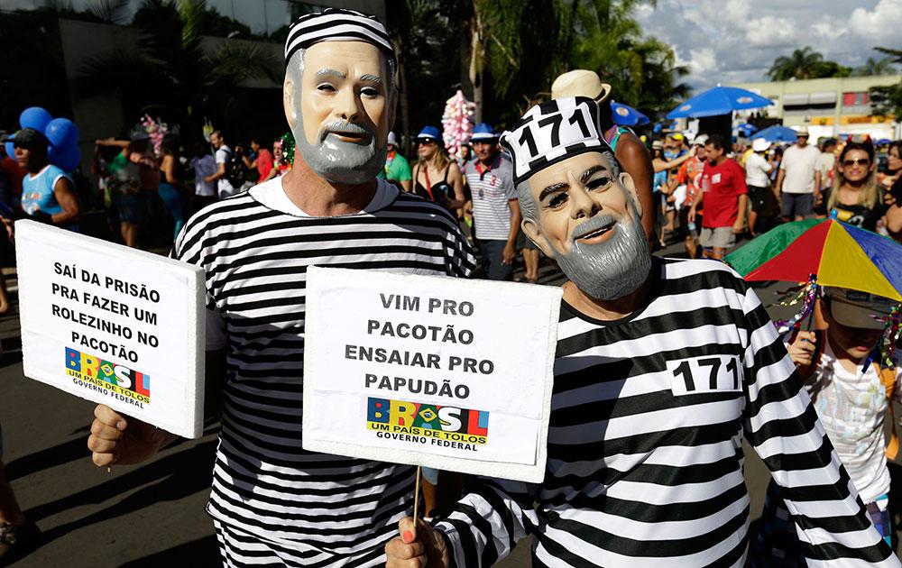 ब्राजिलिया में पैकोटाओ कार्निवल में कुछ इस अंदाज में शरीक होते लोग।